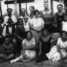 Estate 1922 - in seconda fila da sinistra: il nonno Pasquale, la nonna Rosa Defons (abito nero) con Maria Volpe e la zia Ester