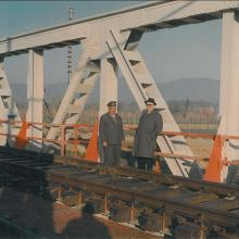 A destra il Comm. Guglielmo Lenzi con un incaricato delle FF.SS