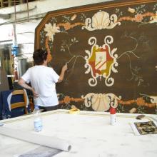 Esperti pittori realizzano di decorazioni simili agli originali che riproducono.