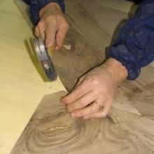 Lastronatura applicata con colla di coniglio eseguita a mano sulla superficie di un tavolo.