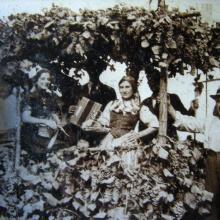 Anni '30, festa dell'uva a Gattaiola - a destra Angelo Urbani