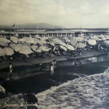 Bagni negli anni '50: ognuno aveva 13 metri di spazio fronte mare. A destra si intravede lo scoglio del molo