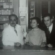 La Farmacia dopo i lavori degli anni '20/'30. La zia Lycia sulle ruote dell'auto sorretta dalla nonna Anita