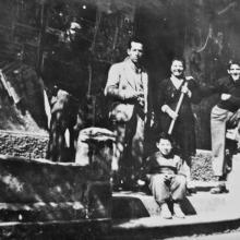 Foto di famiglia davanti al negozio: da destra Enrico, Leontina e Torquato, in basso Giorgio Coluccini (1945 circa)