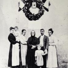 Al centro, Margherita Simi Silvestri, cugina di Giosuè Carducci e nonna del fondatore della merceria Torquato Colucccini