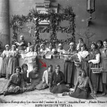 Donne in abiti tradizionali (al centro Italia Viani). Stand della Tenuta di Forci dei Conti Giustiniani. Festa dell'uva - Palazzo del Podestà, Loggia dei Soldati. 1925-'30