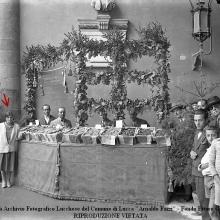 Festa dell'uva: stand della Tenuta di Forci dei Conti Giustiniani. Loggiato Palazzo pretorio. Indicata dalla freccia Italia Viani. 1925-'35.
