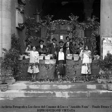 Festa dell'Uva: stand della Tenuta di Forci dei Conti Giustiniani. Loggiato Palazzo Pretorio. Al centro fattoressa di allora Italia Viani oggi (maggio 2011) 101 anni.