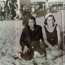 Ester Volpe e la zia Agnese al bagno nel dopoguerra