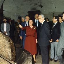 Maggio 1986 - visita ufficiale alla Tenuta di Forci del Presidente della Repubblica Francesco Cossiga: illustrazione del frantoio