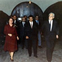 Maggio 1986 - visita ufficiale del Presidente della Repubblica Francesco Cossiga: giro nella cantina accompagnato dal fattore Armando Scaramucci e dalla proprietaria