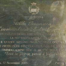 Targa della Città di Lucca a Diamantina Scola Camerini per la sua dedizione alla Tenuta di Forci.