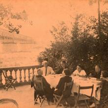 Tavolo in giardino ad inizi 900 - vecchio Ponte di Ferro sullo sfondo