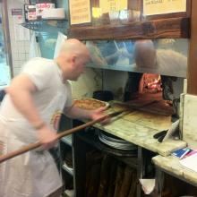 Giorgio Narducci a lavoro al forno a legna