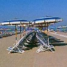 Gli ombrelloni sulla spiaggia gestita dal bagno