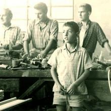 Da sinistra, in secondo piano, Orlando, Ugo e un operaio