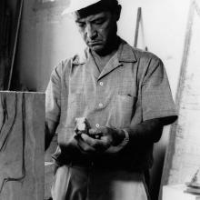 Isamu Noguchi che lavora ad una scultura nel laboratorio Henraux, estate 1964