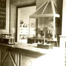 Laboratorio per preparazioni galeniche, ancora dal vago sapore di fucina dell'alchimista