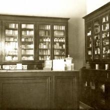 L'ordinatissimo reparto Profumeria, ancora oggi elemento distintivo della Farmacia Di Ciolo