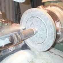 """Fase di tornitura con punta """"a secco"""" di una ciotola di marmo"""