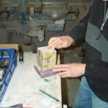Levigatura di una base in Marmo Giallo di Siena