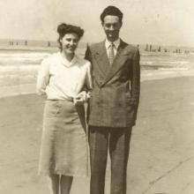 Mirella e Mario nel primo dopoguerra: sullo sfondo, mozziconi dei paloni del pontile tirati giù dai nazisti nel periodo della Linea Gotica