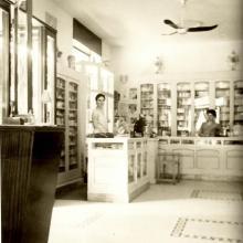 Mirella al banco profumeria agli inizi degli anni Cinquanta