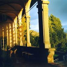 Giochi di ombre nella cinquecentesca loggia della villa