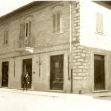 Sede storica della Farmacia Di Ciolo dopo l'ampliamento del 1921 - sullo sfondo il nonno Bruno