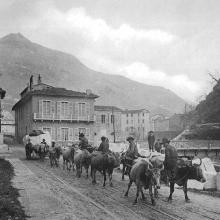 Seravezza, casa Henraux alla Fucina, trasporto di un blocco di Statuario, circa 1908