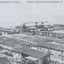 Cartolina di Viareggio con il Bagno Nettuno sullo sfondo