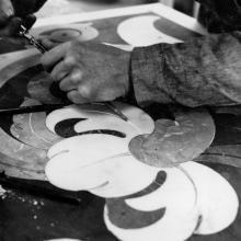 Un artigiano dell'Henraux esegue a mano un intarsio per l'Abbazia di Montecassino