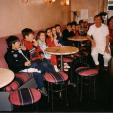 I proprietari con i bambini nel giorno dei 70 anni di attività